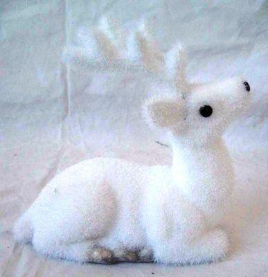 Renna cucciolo seduta floccata bianca da decorare effetto ghiaccio 20 cm