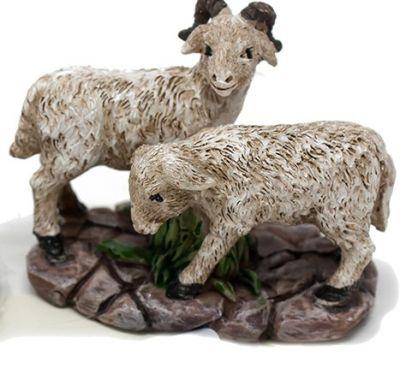 capra e pecora bianca con base di appoggio per presepe