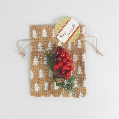Sacchetto in juta con rami di bacche decorato con albero di natale bianco